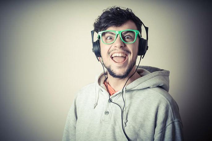 ヘッドフォンで音楽を聴く男