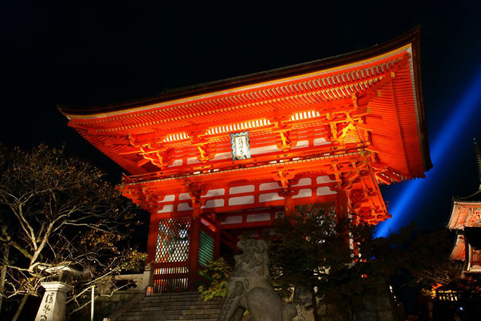 夜、清水寺の鳥居