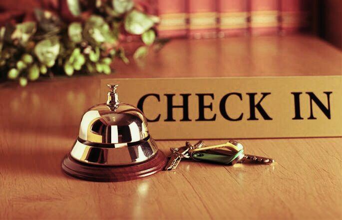 ビジネスホテルのチェックインカウンター