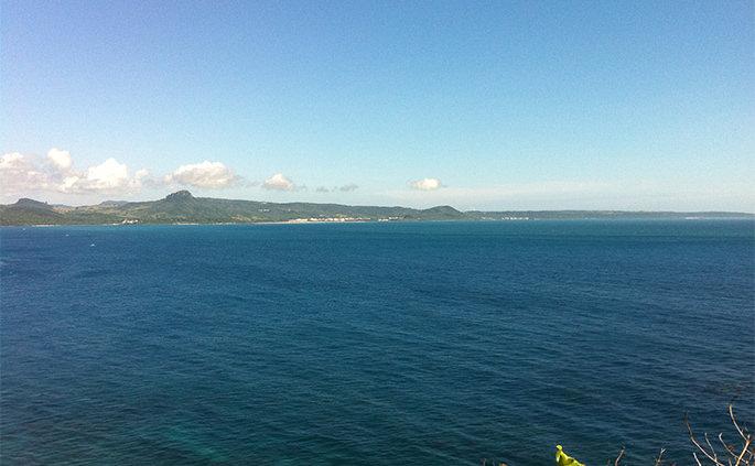 岸壁から眺める紺碧の海