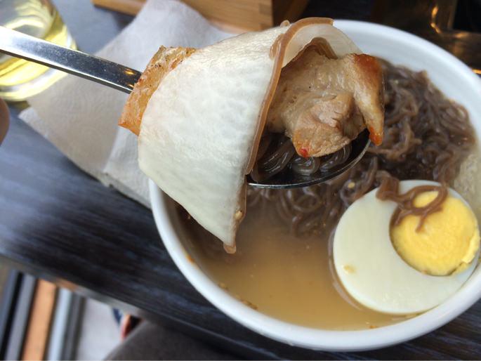 冷麺と肉を一緒に食べる
