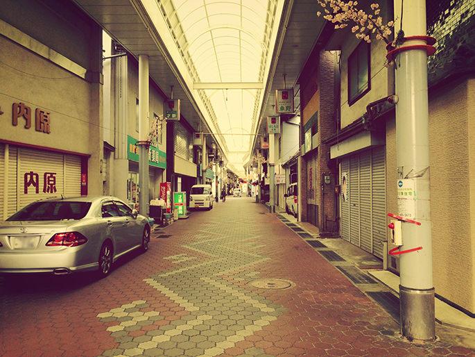 平日 シャッター通りと化した商店街