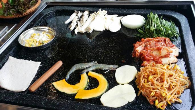 野菜、キノコ、エビが並ぶ鉄板