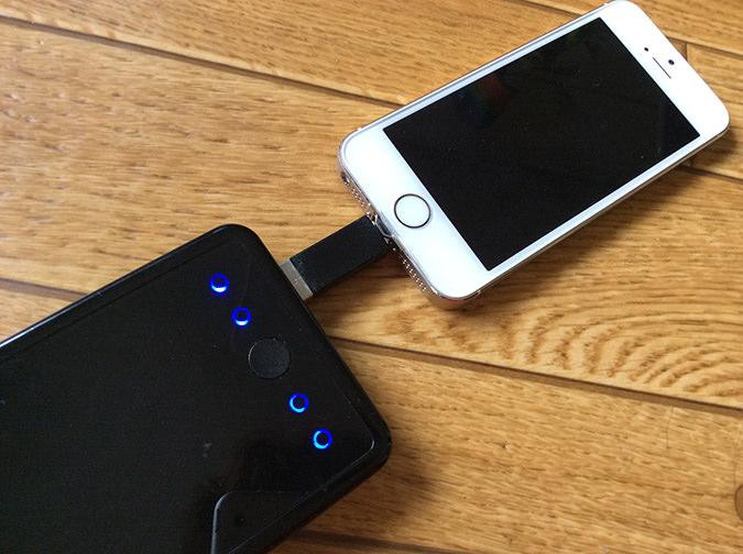 モバイルバッテリーでiphoneを充電中