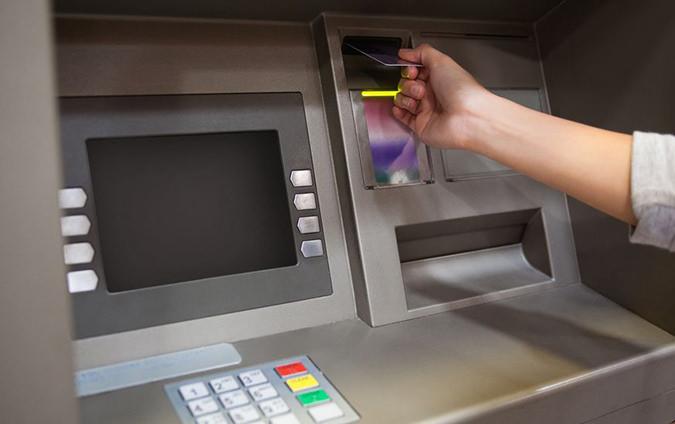 ATMへクレジットカードを入れる