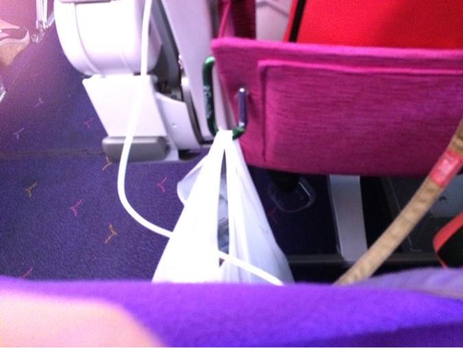 飛行機の座席で