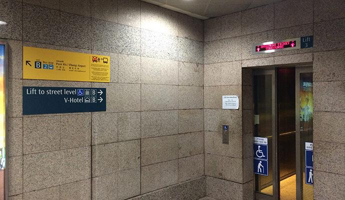 エレベーターでロビーへ