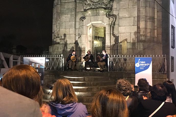 教会の前での小さなコンサート
