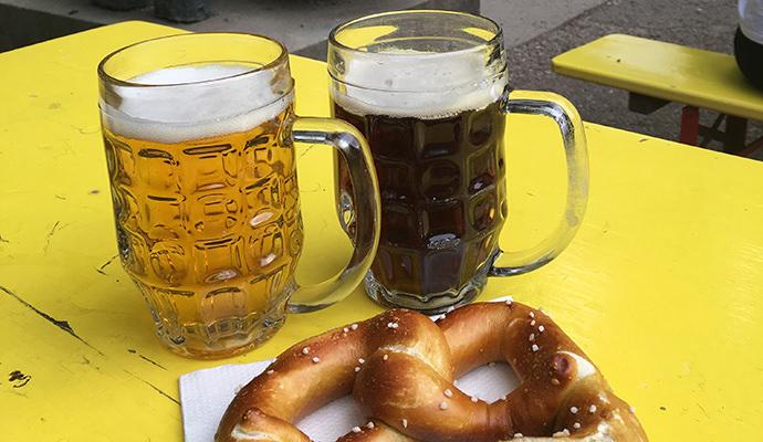 ビアガーデンでダークビールとピルスナー