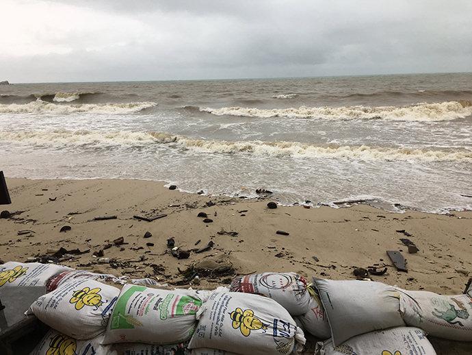 パンガンの荒れたビーチ