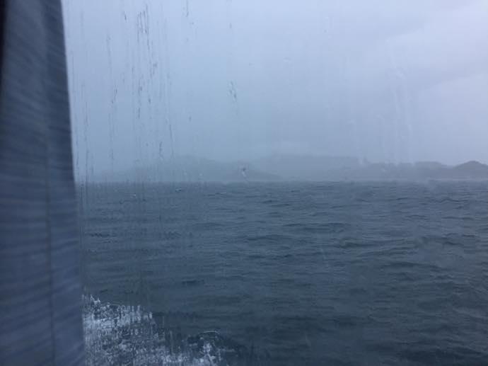 窓の向こうは土砂降り