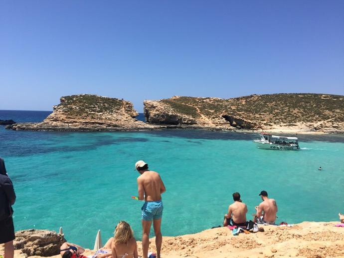 コミノ島の青い海