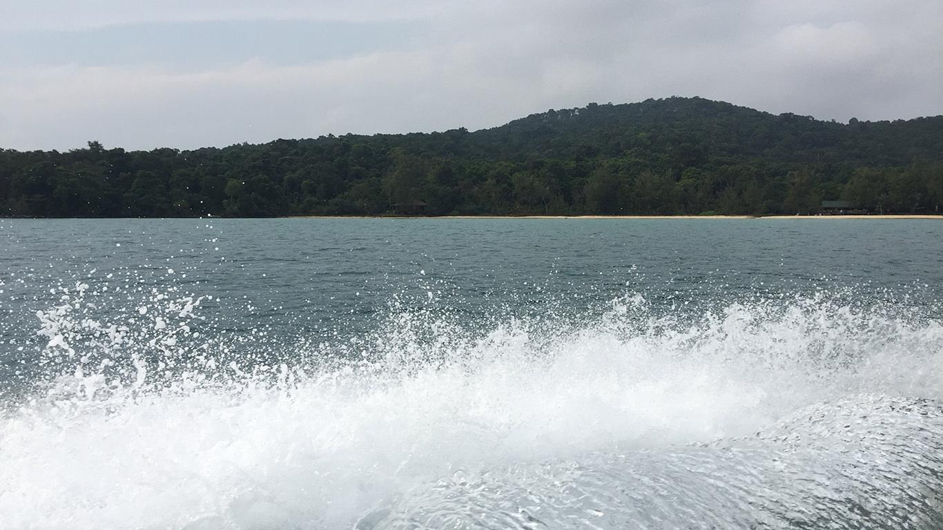 スピードボートの波