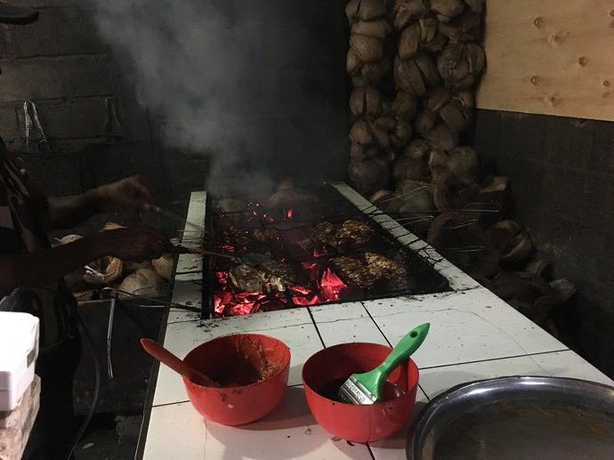 炭火で焼き上げる